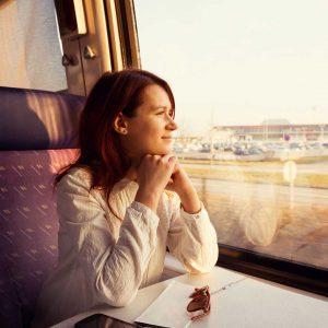 Chica viajando en tren