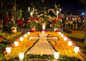 Tradición mexicana de decorar las tumbas