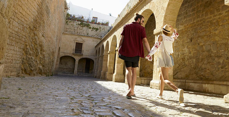 Pareja descubriendo el casco histórico de Ibiza