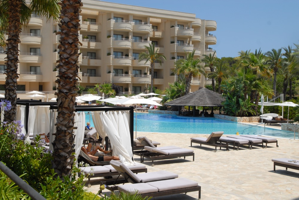 Hoteles con piscina cubierta en sa coma espa a viajes el for Hoteles en madrid con piscina cubierta