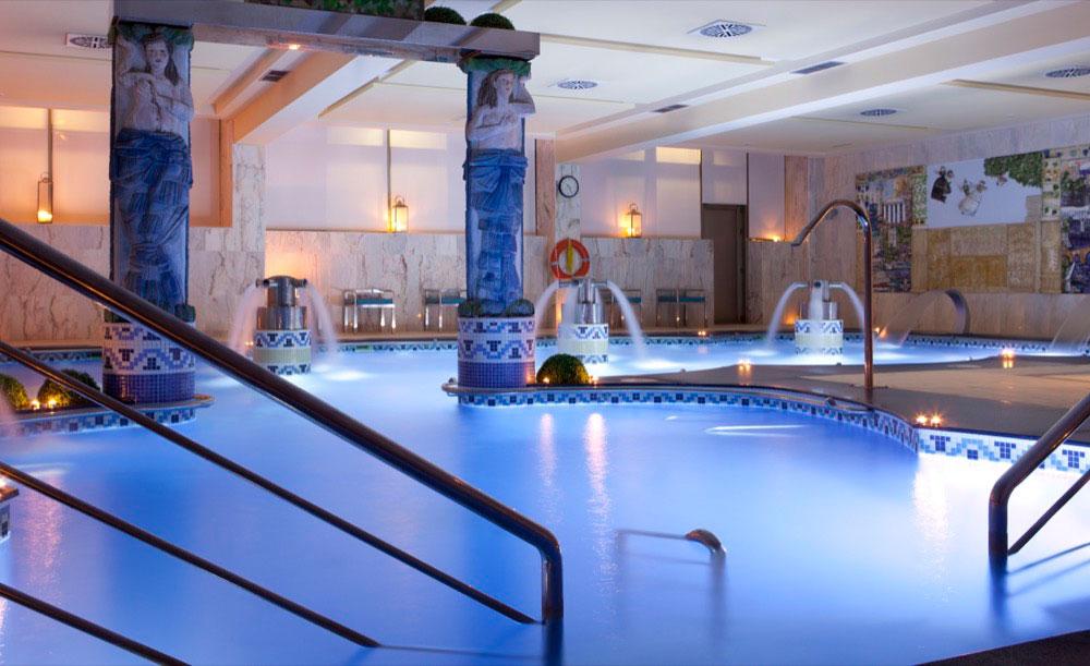 Hoteles con piscina cubierta en sangenjo espa a viajes for Hoteles en madrid con piscina cubierta